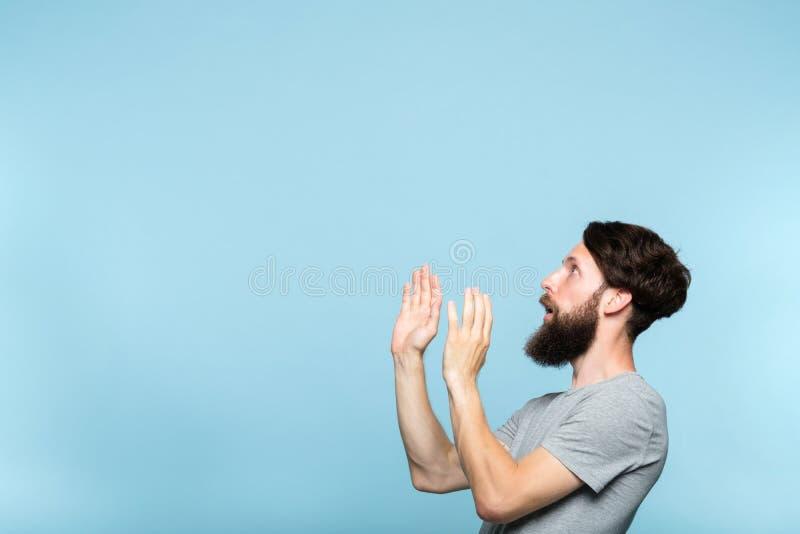De mens kijkt zijdelings geïntimideerde doen schrikken vrije ruimte royalty-vrije stock foto's