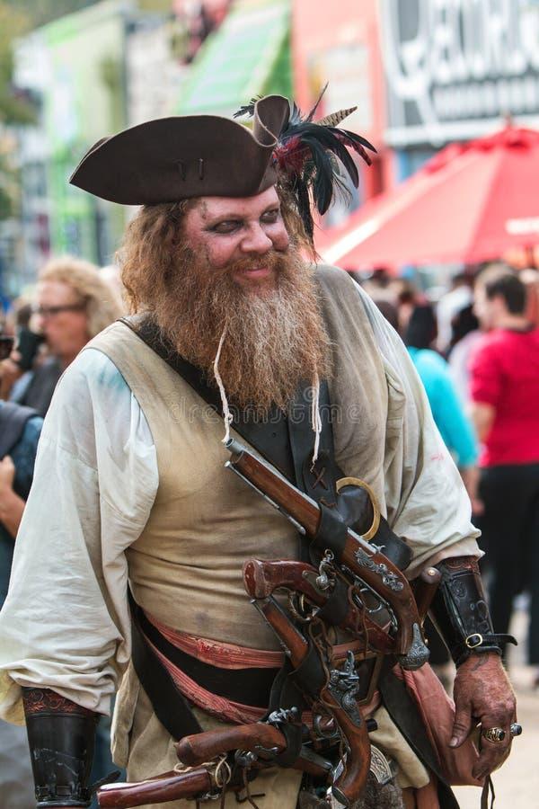 De mens kleedde zich in Gedetailleerd Piraatkostuum Mills About Halloween Parade stock foto's
