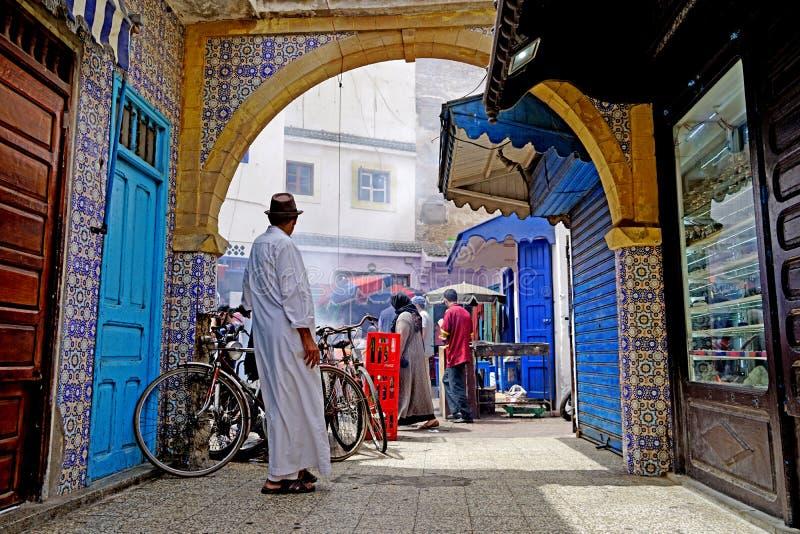 De mens kleedde zich in wit kijkend in Essaouira stock afbeelding