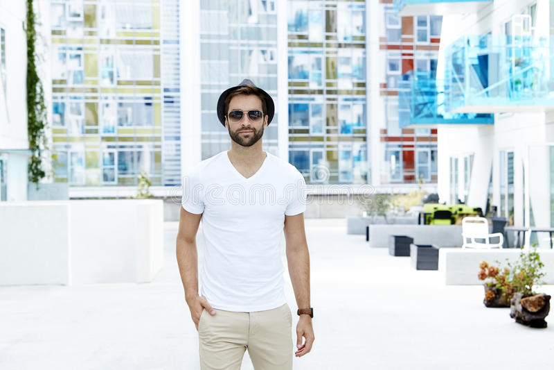 De mens kleedde zich in witte t-shirt stock afbeelding