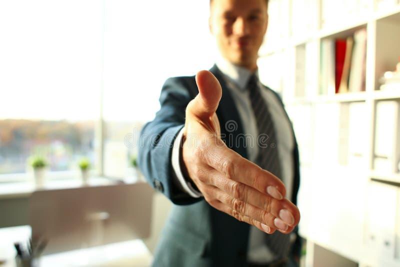 De mens in kostuum en de band geven hand zoals hello stock foto