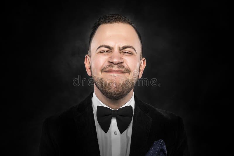 De mens in kostuum maakt grappig gezicht stock foto