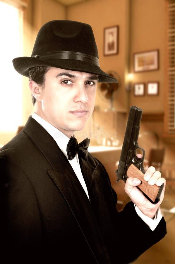 De mens in kostuum trekt uitstekend pistool royalty-vrije stock fotografie