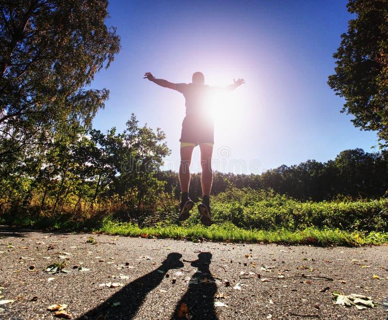 De mens leidt, bereidt zijn lichaam voor marathonlooppas voor royalty-vrije stock fotografie