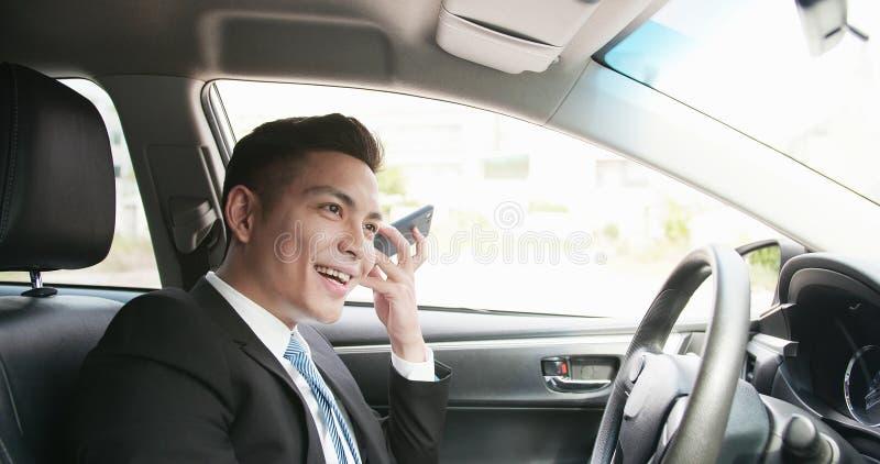 De mens luistert aan audiobericht stock foto