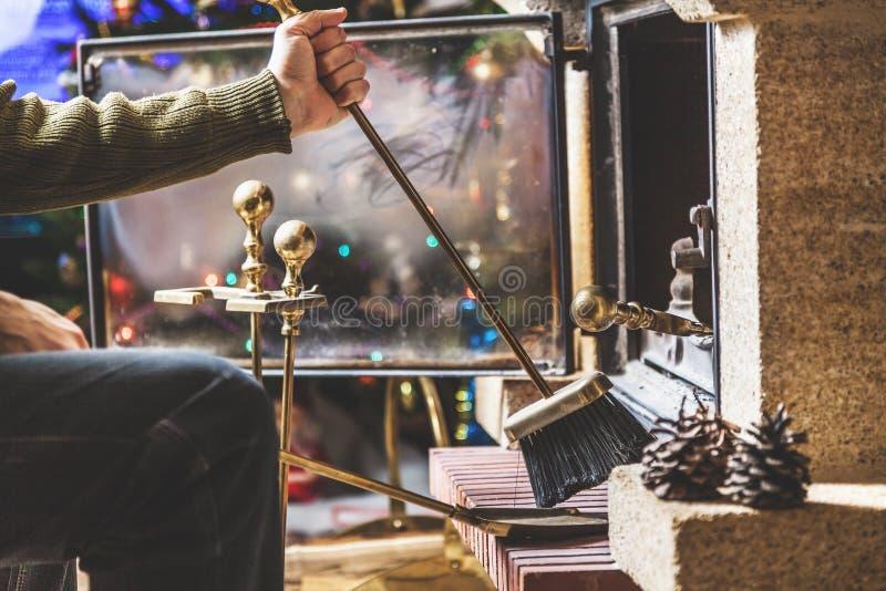 De mens maakt open haard in Nieuwjaar` s vakantie schoon stock fotografie