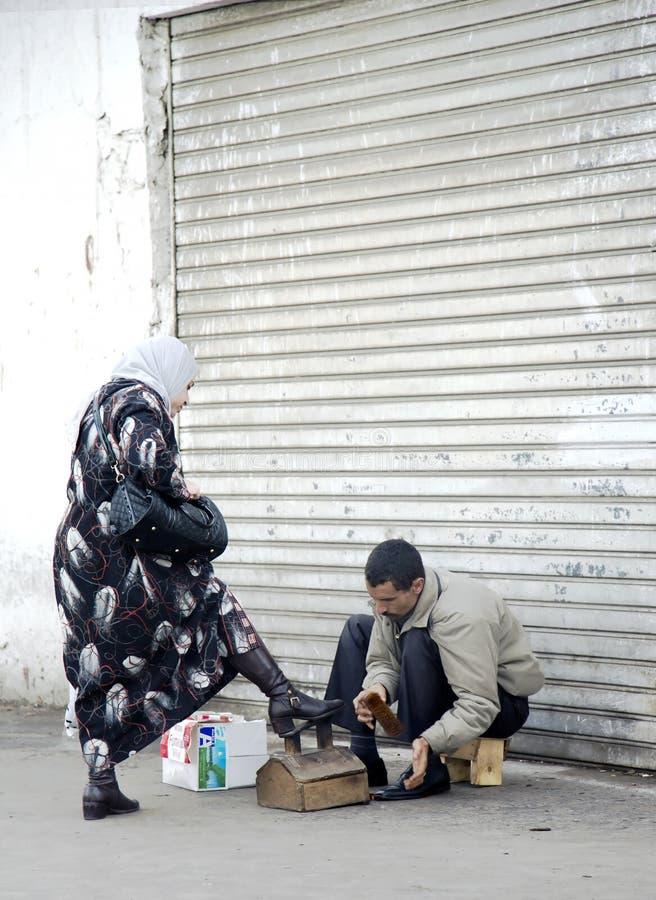 De mens maakt schoenen van zijn cliënt in Oude Medina schoon stock afbeeldingen