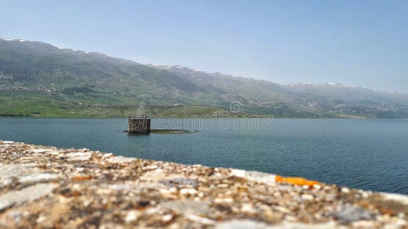 De mens maakte Gootsteengaten in Meer karaoun Libanon Watervoorradeninzameling voor nabijgelegen dorpen in de vallei van het west stock fotografie