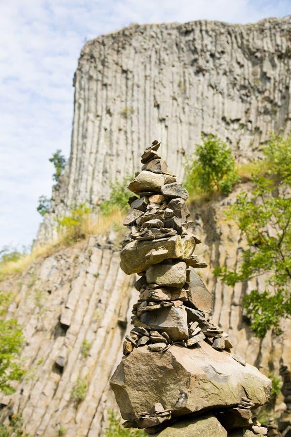 De mens maakte steentoren, met de unieke achtergrond van de de vormingsmuur van de basaltrots openlucht royalty-vrije stock afbeeldingen