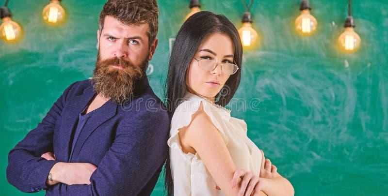 De mens met baard en de leraar in oogglazen gaan te steunen achteruit, bord op achtergrond Het schaak stelt bischoppen voor Dame  stock afbeelding
