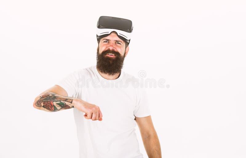 De mens met baard en snor houdt VR-glazen, witte achtergrond Hipster op het glimlachen de moderne technologieën van het gezichtsg royalty-vrije stock afbeeldingen
