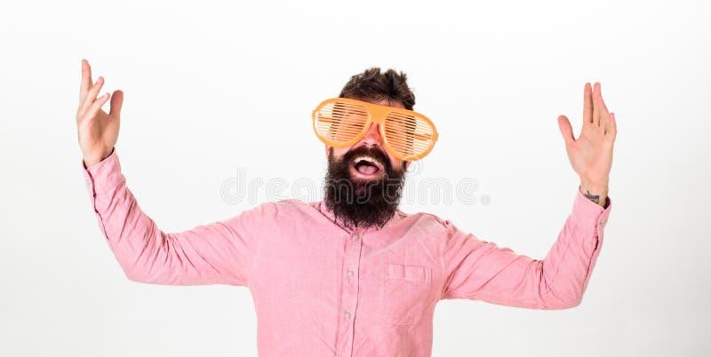De mens met baard en snor op gelukkig gezicht draagt grappige grote oogglazen, witte achtergrond Vrolijk stemmingsconcept hipster royalty-vrije stock fotografie