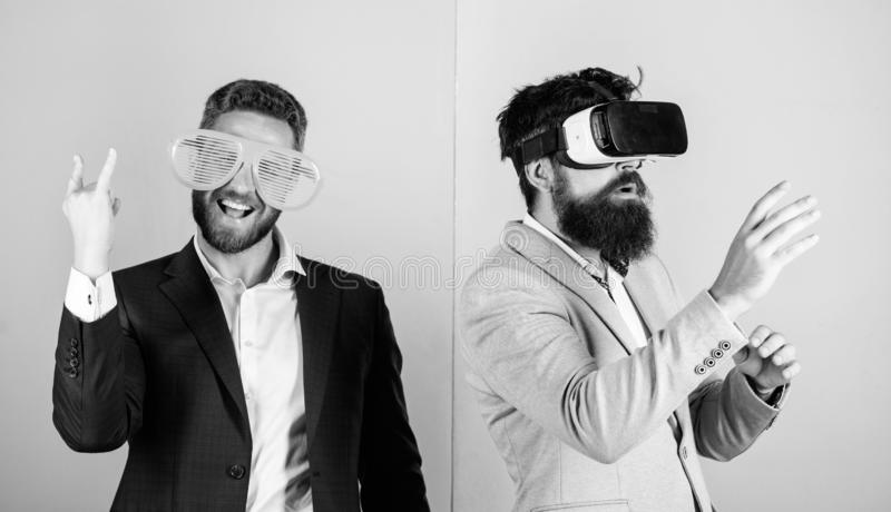 De mens met baard in VR-glazen en louvered plastic toebehoren De kerel werkt in virtuele werkelijkheid op elkaar in Hipster virtu royalty-vrije stock foto