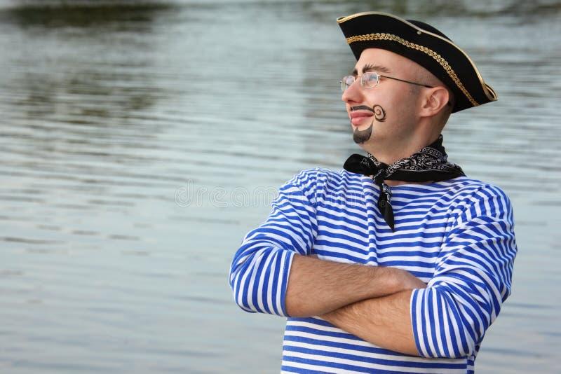 De mens met drawed baard en bakkebaarden in piraatkostuum stock afbeeldingen