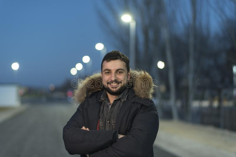 De mens met een baard stelt op de winterdag in openluchtnachtbeeld royalty-vrije stock fotografie