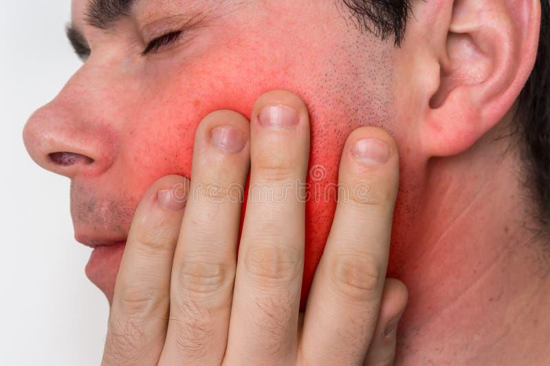 De mens met een pijnlijke uitdrukking heeft tandpijn stock fotografie