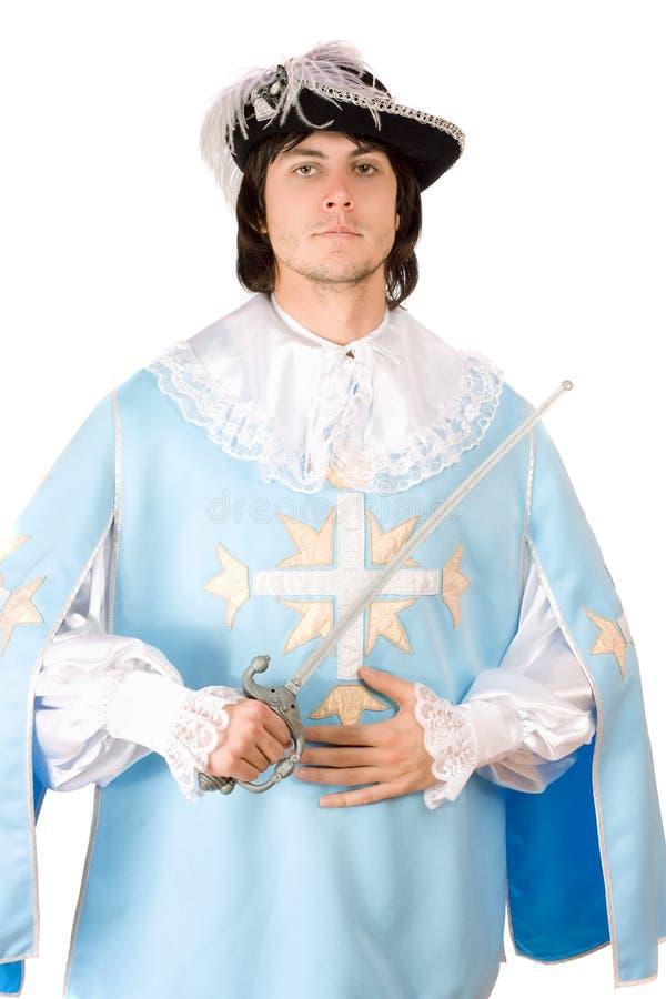 De mens met een zwaard kleedde zich als musketier stock afbeelding