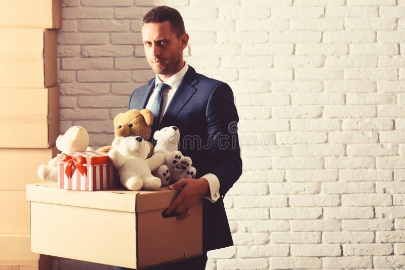 De mens met geconcentreerd gezicht maakt schenking De zakenman draagt slim kostuum royalty-vrije stock foto's