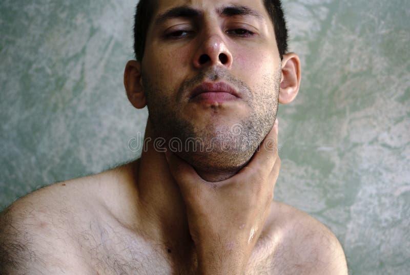 De mens met hoofdpijn en sterke keelpijn heeft waarschijnlijk koude stock afbeeldingen