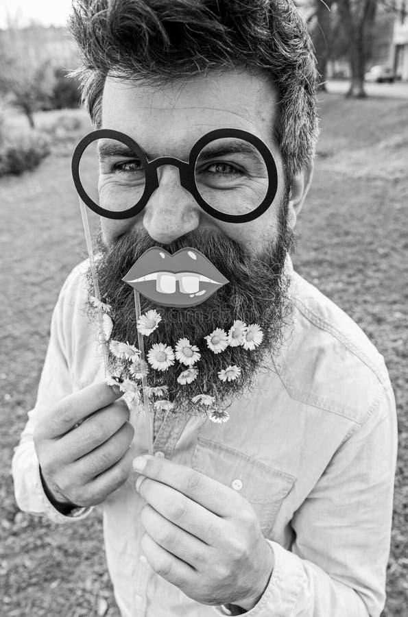De mens met lange baard en snor, defocused groene achtergrond Hipster op vrolijk gezicht, die met glazen en lippen stellen royalty-vrije stock afbeelding