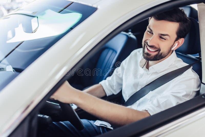 De mens met maakt veiligheidsgordel vast die een auto drijven royalty-vrije stock afbeeldingen