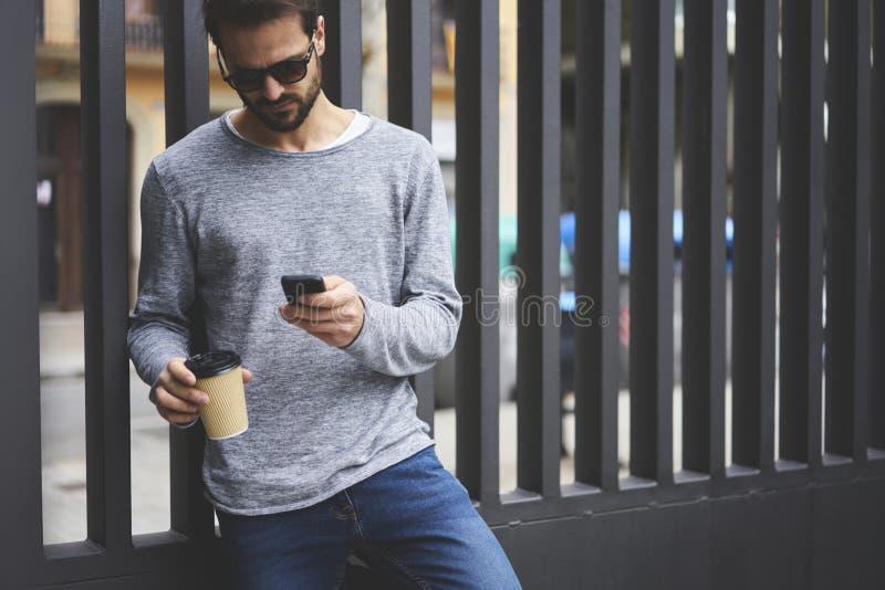 De mens met mobiele telefoon verbond met snelle 5G radio in het zwerven het genieten van weekends stock afbeelding