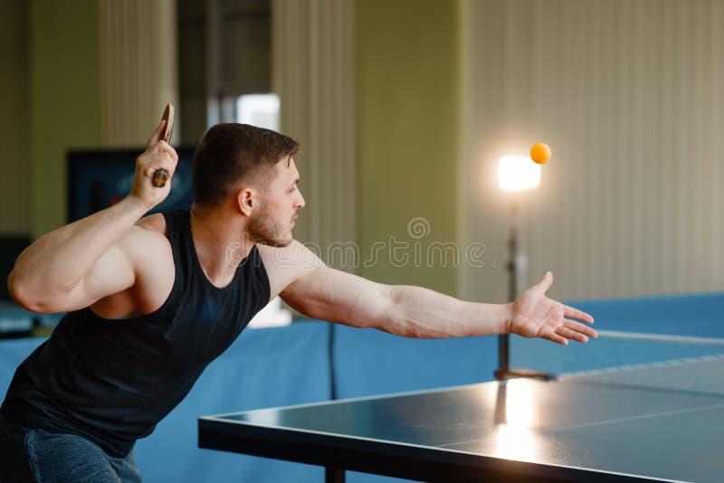 De mens met pingpongracket, raakte de bal in actie stock afbeeldingen