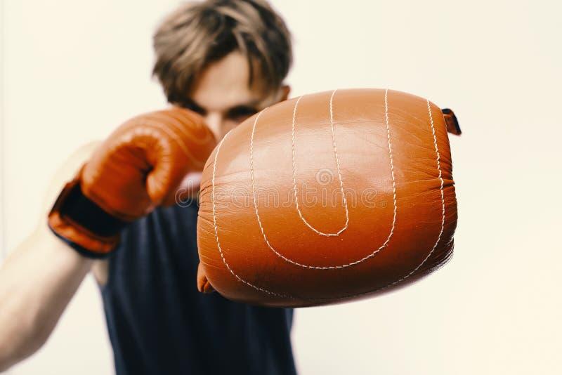 De mens met varkenshaar en defocused gezicht draagt bokshandschoenen Kampioenschap en opleidingsconcept Atleet met leerdoos royalty-vrije stock foto