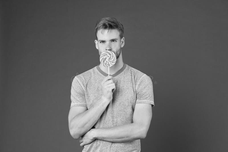 De mens met varkenshaar houdt van lolly Bedrieg maaltijdconcept Suiker schadelijk voor gezondheid Van het de lollysuikergoed van  royalty-vrije stock foto