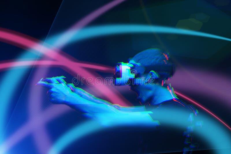 De mens met virtuele werkelijkheidshoofdtelefoon speelt spel Beeld met glitch effect stock foto