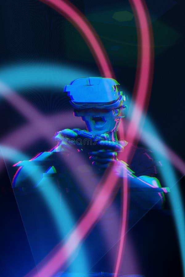De mens met virtuele werkelijkheidshoofdtelefoon speelt spel Beeld met glitch effect stock afbeeldingen