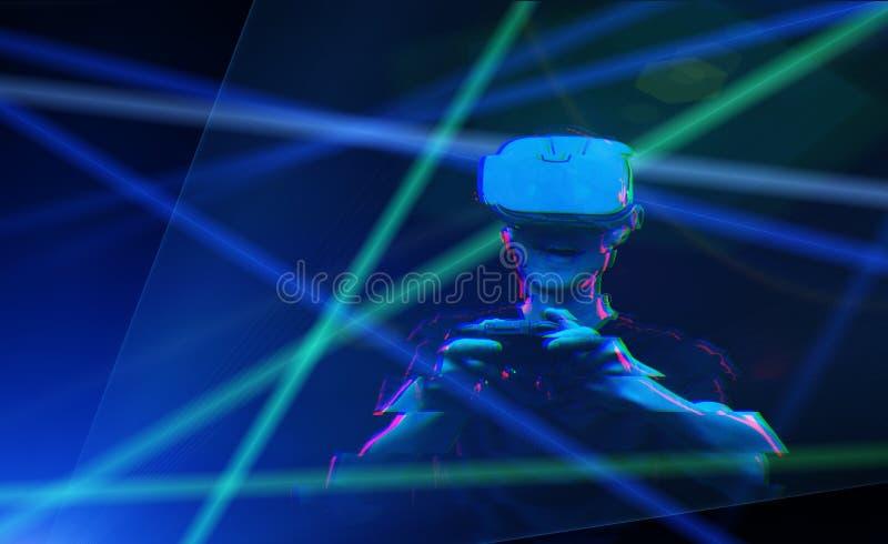 De mens met virtuele werkelijkheidshoofdtelefoon speelt spel Beeld met glitch effect royalty-vrije stock fotografie