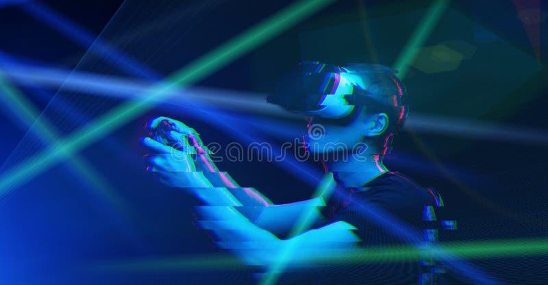 De mens met virtuele werkelijkheidshoofdtelefoon speelt spel Beeld met glitch effect royalty-vrije stock foto's