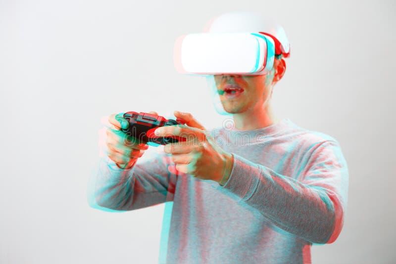 De mens met virtuele werkelijkheidshoofdtelefoon speelt spel Beeld met glitch effect royalty-vrije stock afbeelding