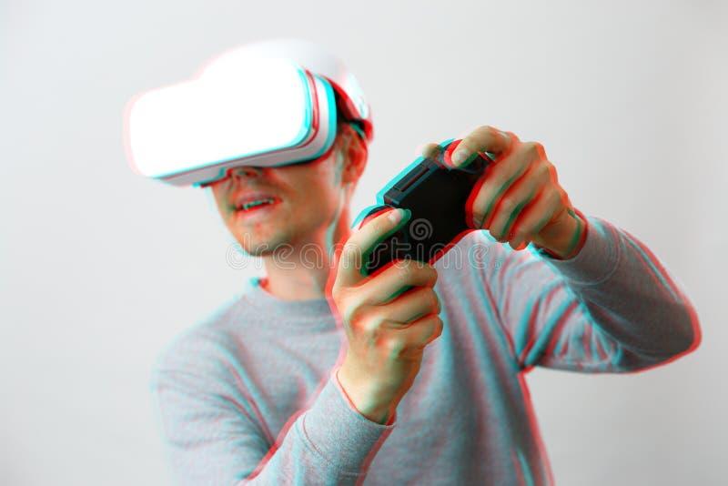De mens met virtuele werkelijkheidshoofdtelefoon speelt spel Beeld met glitch effect stock afbeelding