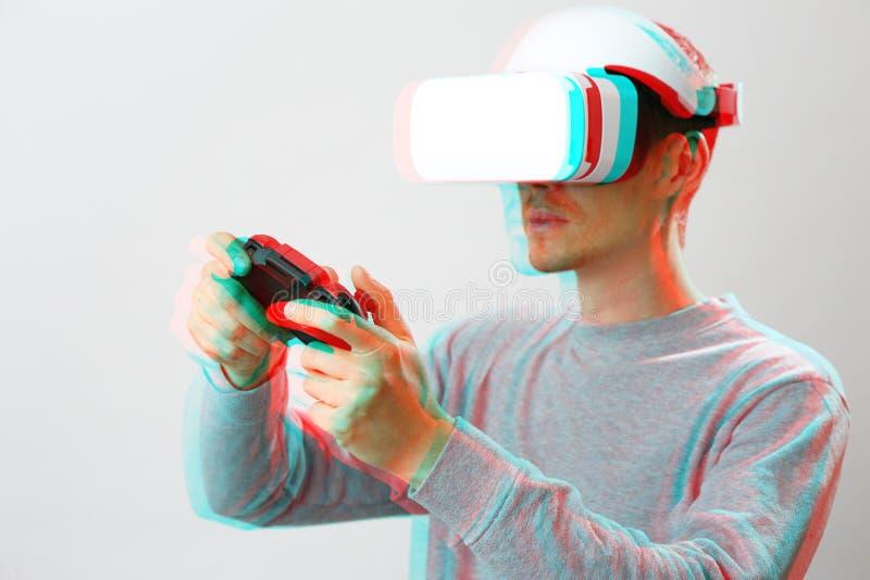 De mens met virtuele werkelijkheidshoofdtelefoon speelt spel Beeld met glitch effect royalty-vrije stock afbeeldingen