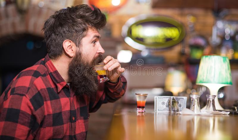 De mens met vrolijk gezicht zit alleen bij barteller stock foto's