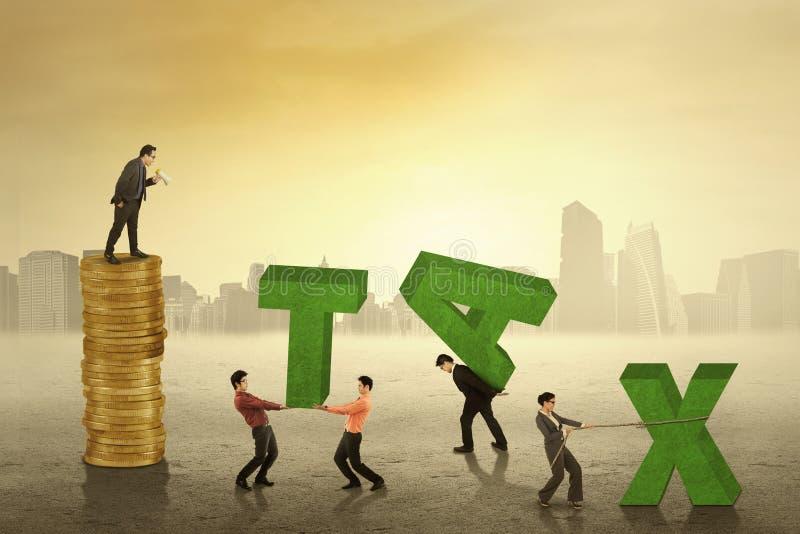 De mens met werknemers schikt een belastingstekst royalty-vrije stock afbeeldingen