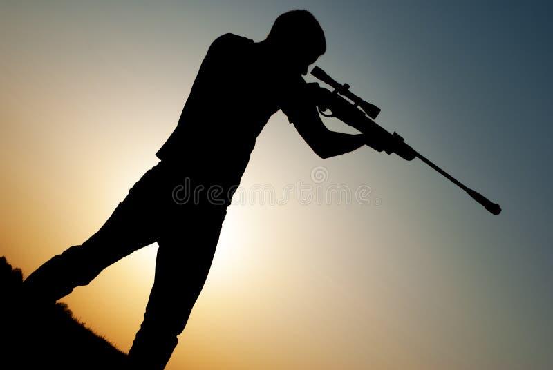 De mens nam doel met uw sluipschuttergeweer stock fotografie
