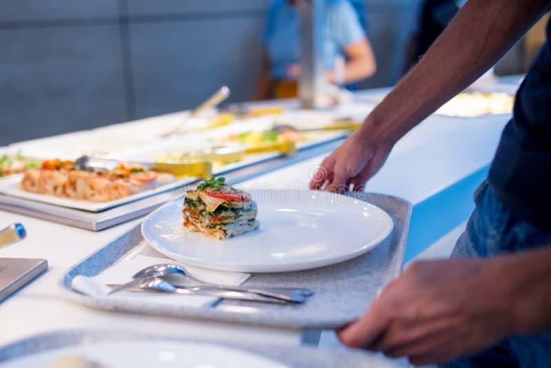 De mens neemt voedsel bij het buffet op royalty-vrije stock foto
