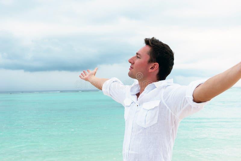 De mens onderzoekt de afstand op de mooie oceaan royalty-vrije stock foto