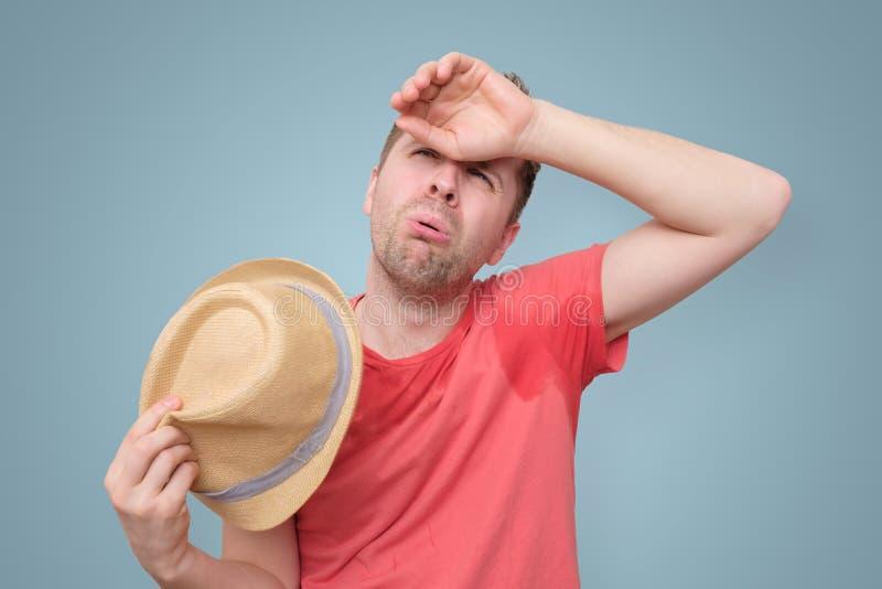 De mens is ongerust gemaakt en vermoeid wegens het zweten vlek stock afbeelding