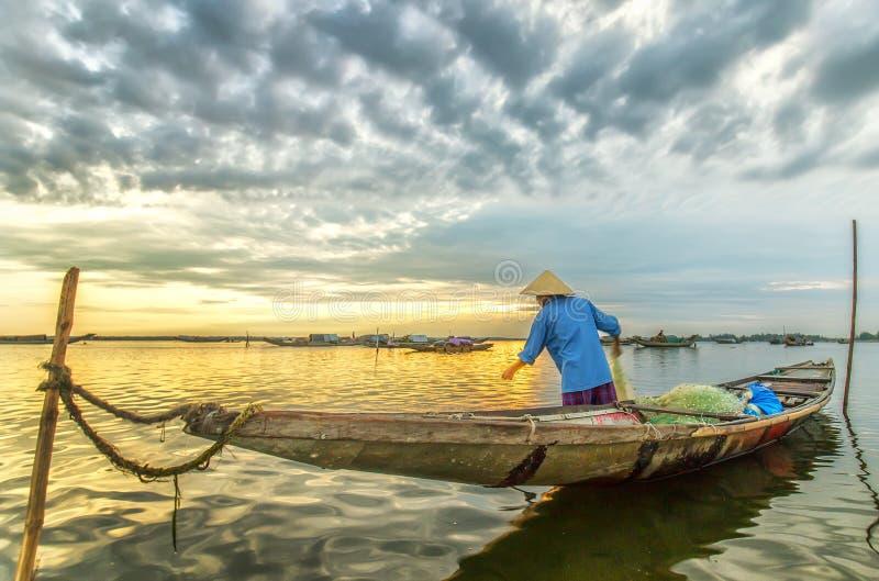 De mens onheilspellende zij het opleveren lagune van ochtendtam giang royalty-vrije stock afbeeldingen