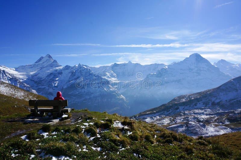 De mens ontspant het rusten op plaatsing na het beklimmen van het sneeuw moutain verstand royalty-vrije stock foto's