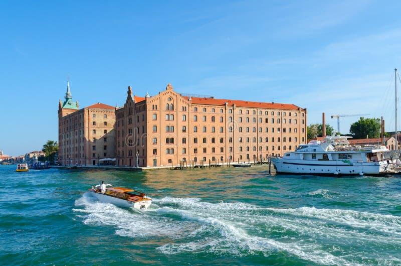 De mens is op boot op Venetiaans watergebied Giudeccaeiland, Veneti?, Itali? royalty-vrije stock foto