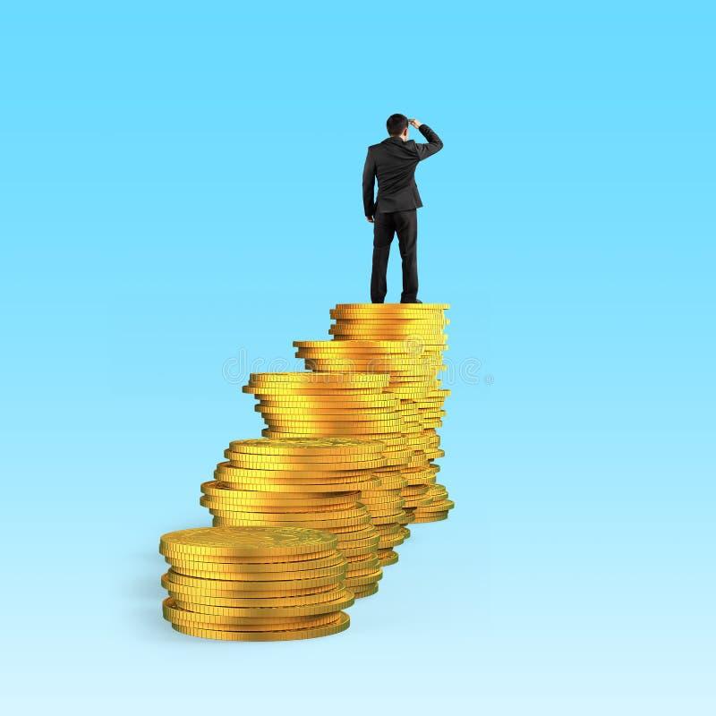 De mens op gouden muntstukkenstapel staarde in de afstand royalty-vrije illustratie