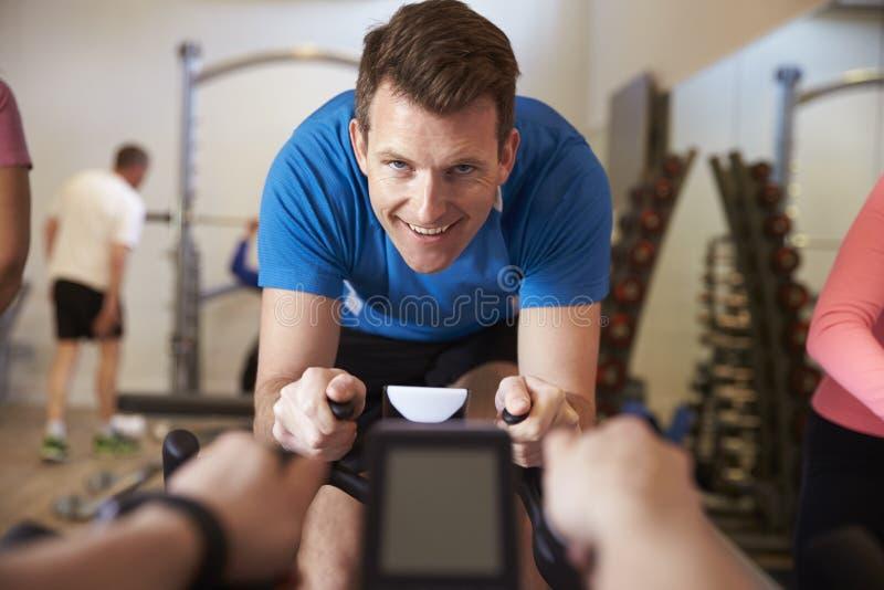 De mens op hometrainer in een spinnende klasse bij een gymnastiek, sluit omhoog royalty-vrije stock fotografie