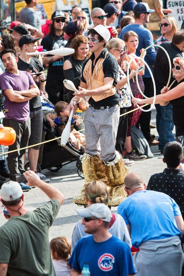 De mens op Stelten jongleert met Spelden in de Parade van Atlanta Halloween stock afbeeldingen