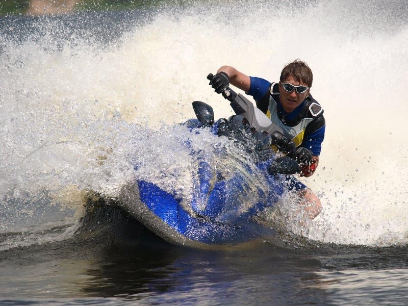 De mens op straal-ski draait zeer snel met het duiken royalty-vrije stock afbeeldingen