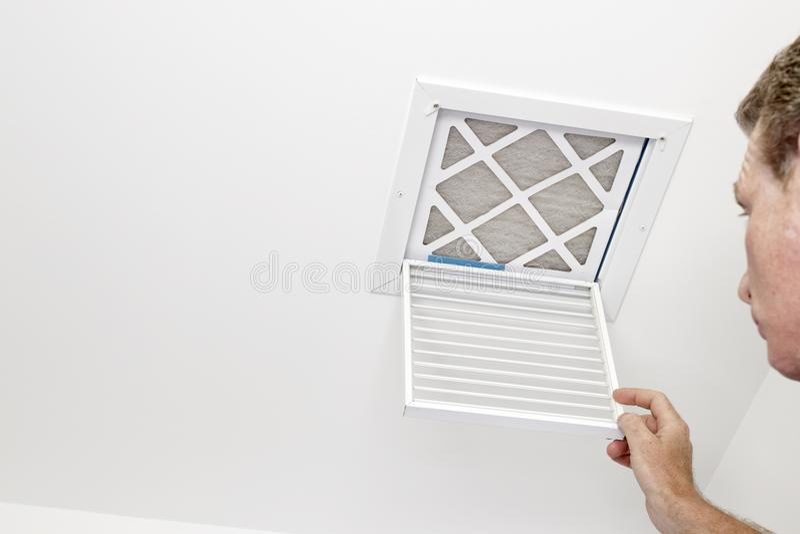 De mens opende een Opening voor een Vuile Filter stock fotografie
